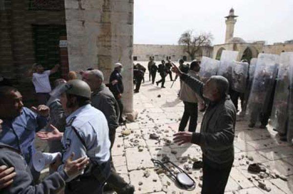 عشرات الجنود والمستوطنين يقتحمون ساحات المسجد الأقصى وذلك عقب انتهاء الإغلاق المشدد بسبب فيروس كورونا
