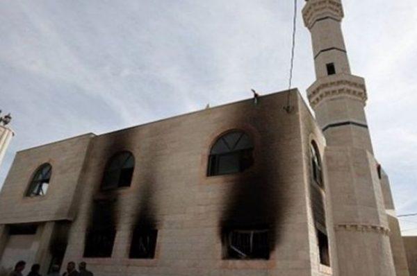 مستوطنون متطرفون يضرمون النار بمسجد في البيرة ويخطون شعارات عنصرية
