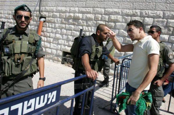 الاحتلال يمنع سفر الفلسطينيين بذريعة وقف التنسيق الأمني