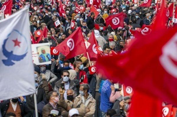 مناصري حركة النهضة التونسي يتظاهرون دعما للحكومة وحماية للتجربة الديمقراطية