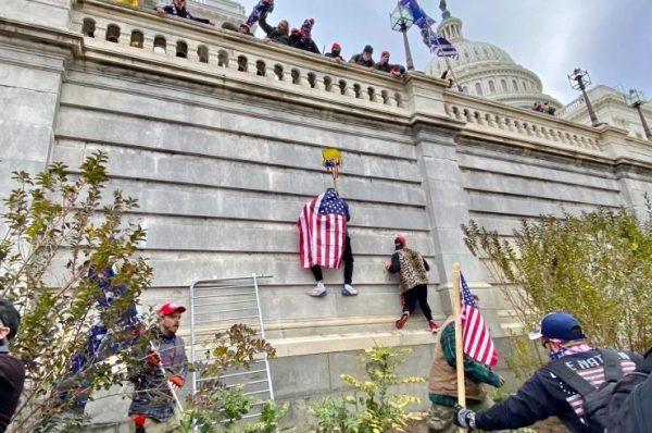 العدل الأميركية: توجيه التهم لحوالي 300 متهم بالتورط في أعمال الشغب خلال اقتحام مبنى الكابيتول