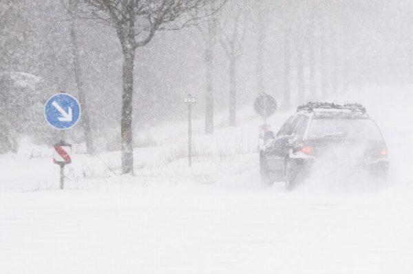 امرأة شجاعة تتحدى العواصف الثلجية وتدفع شاحنة بمفردها