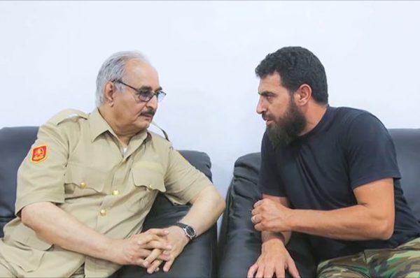 بالفيديو القائد في قوات حفتر ،محمود الورفلي يحطم مقر شركة في بنغازي ويهدد صاحبها بالقتل