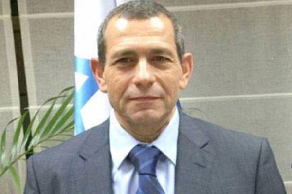 تقرير إسرائيلي يكشف عن توبيخ محمود عباس لرئيس جهاز شاباك ورفضه إلغاء الانتخابات
