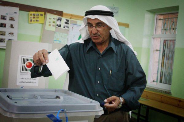 """موقع """"واللا"""" الاسرائيلي يكشف عن تخوف واشنطن و إسرائيل من فوز حماس وانشقاقات فتح"""