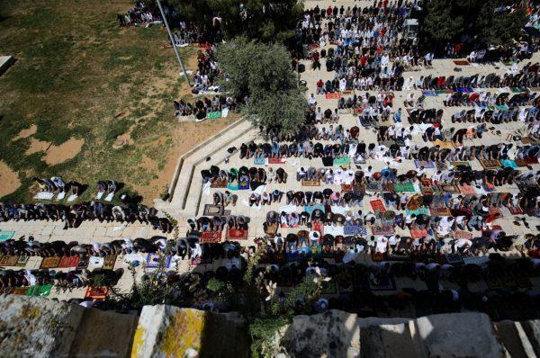 70 ألف فلسطيني يؤدون صلاة الجمعة الأولي من شهر رمضان في المسجد الأقصى رغم قيود الاحتلال