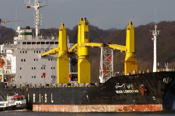 وفق مصادر مطلعة: إسرائيل تهاجم سفينة إيران سافيز بصاروخين بعد عبورها قناة السويس