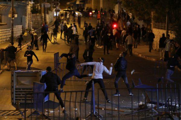 الاحتلال يخضع لثورة القدس ويزيل السواتر الحديدية من باب العامود