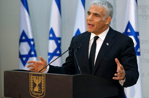"""وفق مصادر عبرية.. زيارة متوقعة لرئيس حكومة الاحتلال """"البديل"""" لابيد للإمارات"""